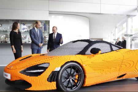 Hoang tu Anh thich thu voi sieu xe McLaren 720S lego - Anh 2