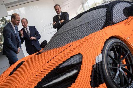 Hoang tu Anh thich thu voi sieu xe McLaren 720S lego - Anh 3