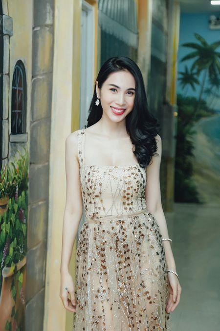 Thuy Tien khoe duong cong quyen ru voi trang phuc ren - Anh 3