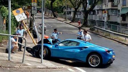 Ne cho, xe sang Ferrari 'vo dau' vi tong bien bao - Anh 1