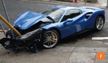 Ne cho, xe sang Ferrari 'vo dau' vi tong bien bao - Anh 2