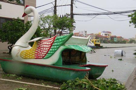 Quang Binh: Bao keo sap cong chao, lam ngap loat duong, khien 1 nguoi chet - Anh 6