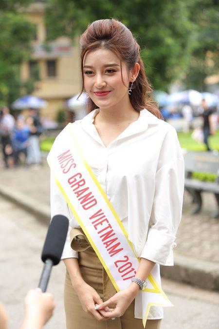 A hau Huyen My huong dan sinh vien DH Thuy loi di catwalk - Anh 1