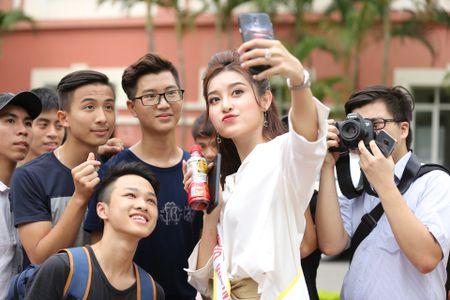 A hau Huyen My huong dan sinh vien DH Thuy loi di catwalk - Anh 3