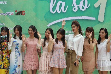 A hau Huyen My huong dan sinh vien DH Thuy loi di catwalk - Anh 4
