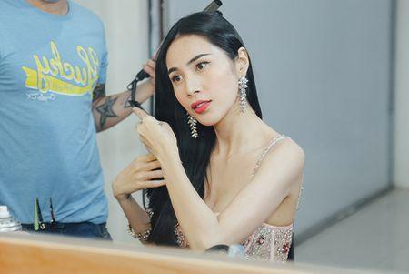 Thuy Tien choi troi thay 4 trang phuc trong su kien - Anh 1