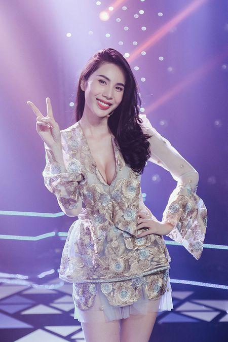 Thuy Tien choi troi thay 4 trang phuc trong su kien - Anh 6