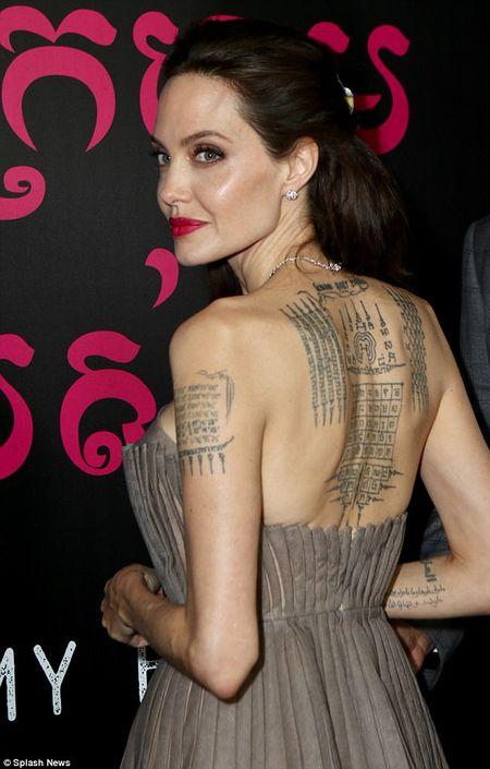 Angelina Jolie dien vay goi cam khoe hinh xam an tuong - Anh 2