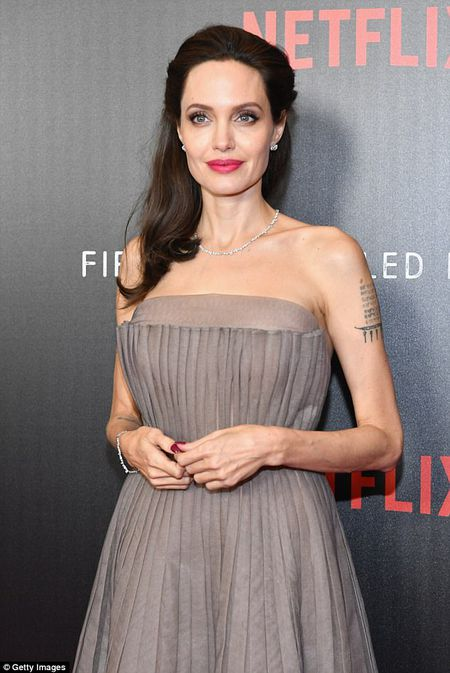 Angelina Jolie dien vay goi cam khoe hinh xam an tuong - Anh 5