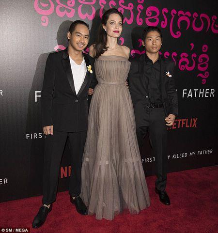 Angelina Jolie dien vay goi cam khoe hinh xam an tuong - Anh 7