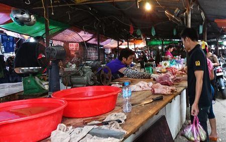 Nguoi dan Thu do tich tru thuc pham ung pho mua bao - Anh 2