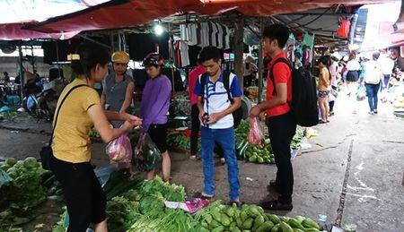 Nguoi dan Thu do tich tru thuc pham ung pho mua bao - Anh 3