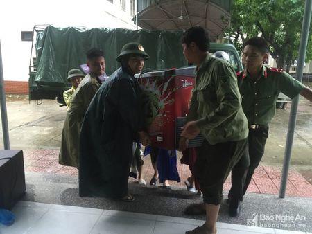 Doan vien thanh nien cong an tinh giup dan chong bao - Anh 3