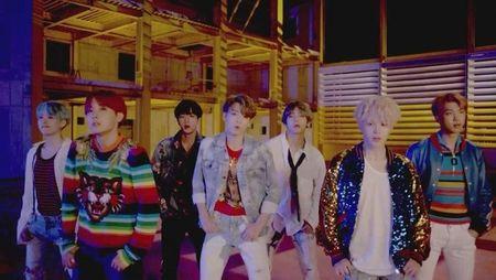 JungKook (BTS) khien fan 'lui tim' khi chiem tron 'spotlight' trong teaser tro lai - Anh 4