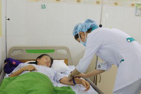 9 khach du lich Quang Ninh ngo doc thuc pham duoc cap cuu kip thoi - Anh 1