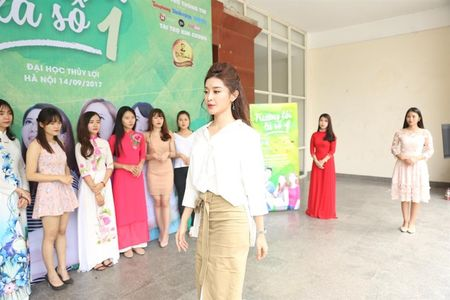 A hau Huyen My rang ro huong dan thi sinh Hoa khoi sinh vien di catwalk - Anh 1