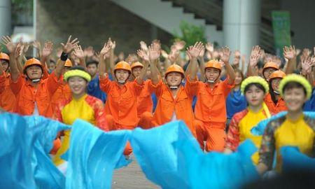 A hau Huyen My rang ro huong dan thi sinh Hoa khoi sinh vien di catwalk - Anh 2