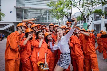 A hau Huyen My rang ro huong dan thi sinh Hoa khoi sinh vien di catwalk - Anh 5