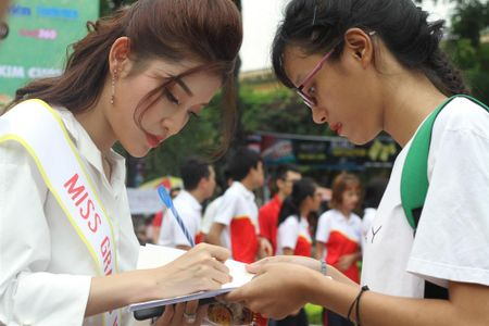 A hau Huyen My rang ro huong dan thi sinh Hoa khoi sinh vien di catwalk - Anh 6