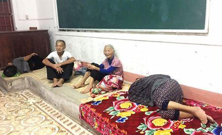 Bao so 10 dang di chuyen nhanh vao Ha Tinh, Quang Binh - Anh 2