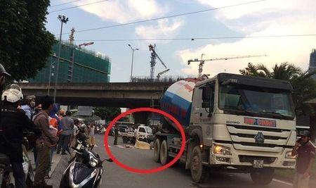 Ha Noi: Co gai que Tien Giang di xe dap chet tham duoi banh xe bon - Anh 1