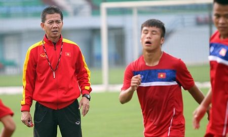 HLV Hoang Anh Tuan noi mot cau, cau thu U18 Viet Nam xau ho - Anh 1