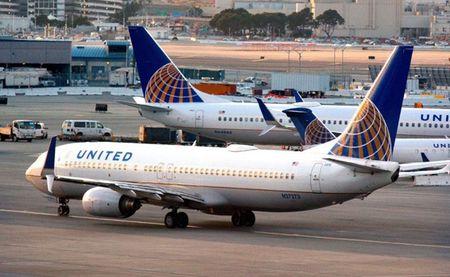 United Airlines bo quen khach 12 gio tai san bay - Anh 1