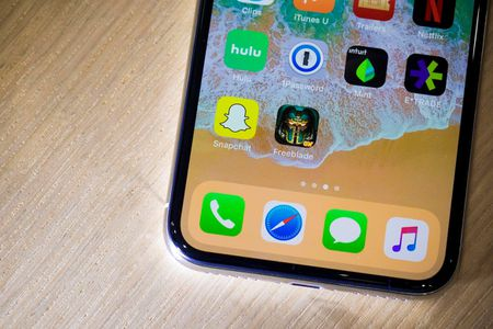 Nen mua iPhone X hay iPhone 8/8 Plus? - Anh 2