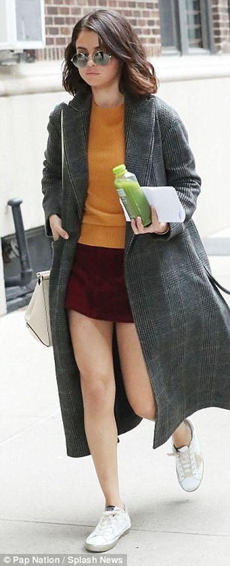 Selena Gomez xuat hien tuoi tinh sau khi mo ghep than - Anh 4