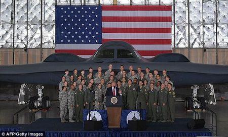 Dung truoc may bay nem bom, Trump canh bao Trieu Tien - Anh 1