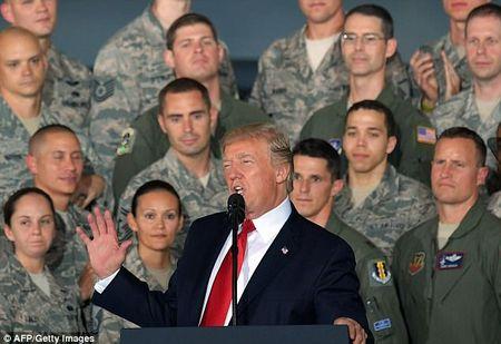 Dung truoc may bay nem bom, Trump canh bao Trieu Tien - Anh 2