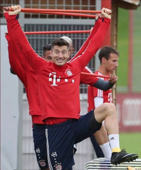 Neuer hoa 'nguoi nhen' trong buoi tap moi nhat cua Bayern - Anh 5