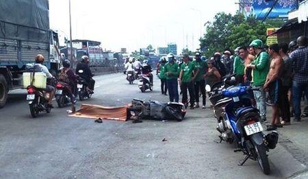 Thuong tam nam lai xe Grabbike tu nan tren duong muu sinh - Anh 1