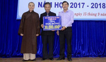 Bao Cong an TP Da Nang va Chua Ba Da trao hoc bong cho sinh vien DH Ngoai ngu - Anh 1