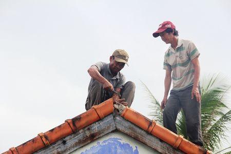 Thua Thien – Hue: Khan truong lop lai hang tram nha toc mai - Anh 2