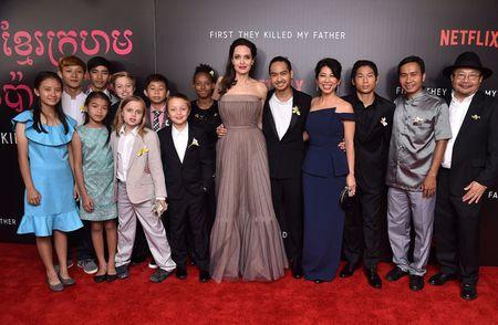 Angelina Jolie khoe lung tran lo nhieu hinh xam 'ki la' - Anh 1