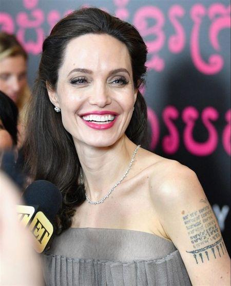 Angelina Jolie khoe lung tran lo nhieu hinh xam 'ki la' - Anh 2