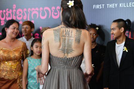 Angelina Jolie khoe lung tran lo nhieu hinh xam 'ki la' - Anh 3