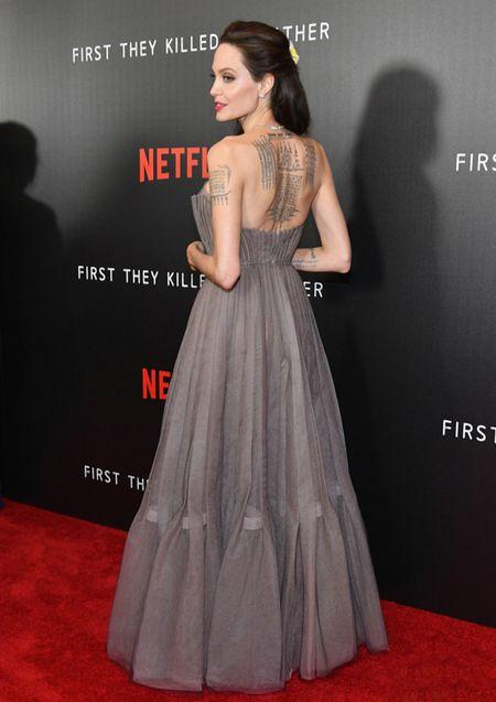 Angelina Jolie khoe lung tran lo nhieu hinh xam 'ki la' - Anh 4