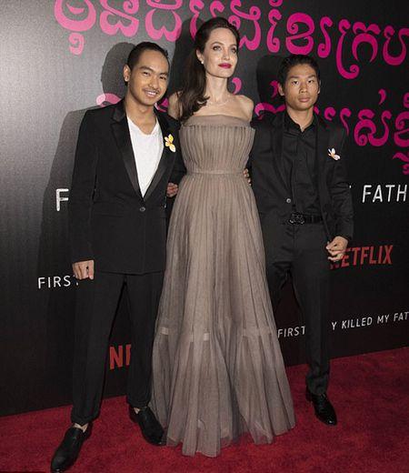 Angelina Jolie khoe lung tran lo nhieu hinh xam 'ki la' - Anh 6