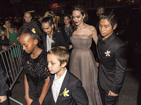 Angelina Jolie khoe lung tran lo nhieu hinh xam 'ki la' - Anh 7