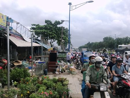 Giai toa ki-ot xung quanh san bay Tan Son Nhat, hang ngan xe ket cung - Anh 1