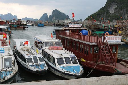 Quang Ninh: Bao so 10 danh dam 2 chiec tau thuy - Anh 1