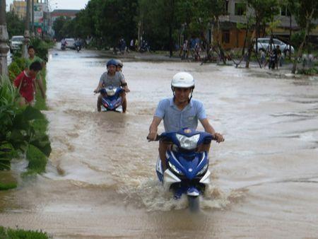 Hau Bao so 10: Sinh vien Lao quang chai giua pho bat ca 'khung' - Anh 2