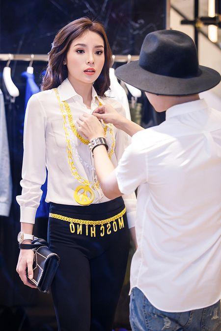 Ky Duyen chon trang phuc chuan bi tham du Milan Fashion Week - Anh 1