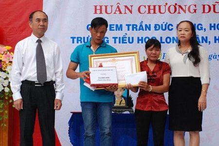 Chu tich Nuoc tang Huan chuong Dung cam cho hoc sinh quen minh cuu 4 ban - Anh 1