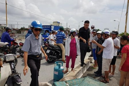 Hai Phong: Mot phu nu bo xe va binh ga, nhay cau An Duong tu tu - Anh 1
