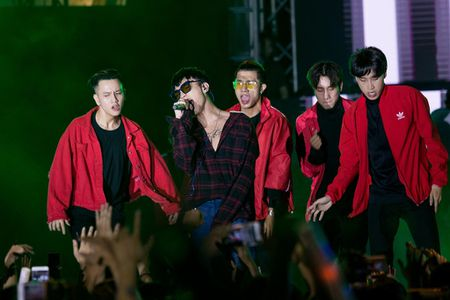 Toc Tien, Soobin Hoang Son 'quay' cung hang nghin fan den khuya - Anh 3