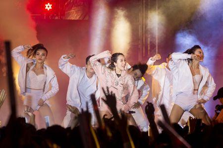 Toc Tien, Soobin Hoang Son 'quay' cung hang nghin fan den khuya - Anh 9