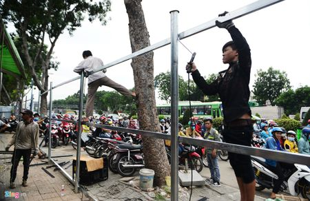 Cua ngo san bay Tan Son Nhat ket cung giua trua cuoi tuan - Anh 1